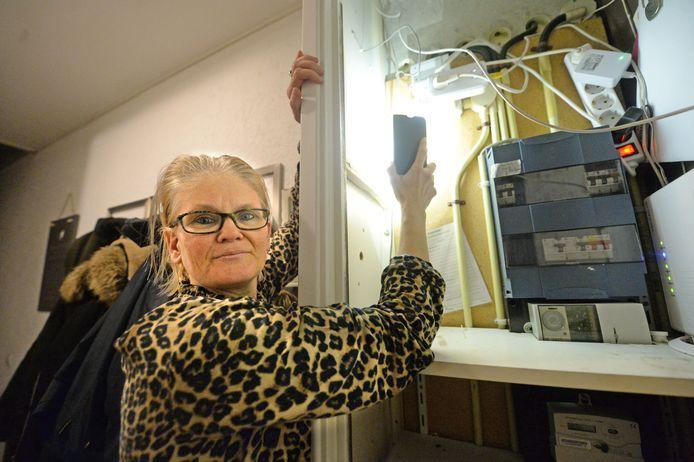 Patricia Tas en haar man Tony vragen Enexis al twee jaar om een slimme meter te plaatsen, maar dat komt niet van de grond vanwege asbest in de meterkast.