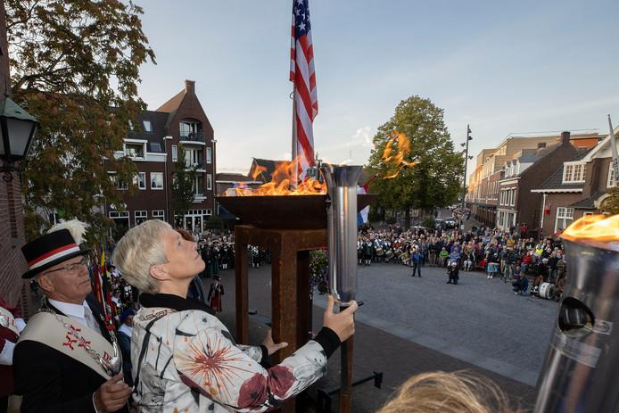 Burgemeester Dilia Blok van Someren steekt een fakkel aan. Die overhandigt ze even later aan de gildes en lopers uit haar gemeente. Zij nemen het bevrijdingsvuur mee naar de thuisgrond.