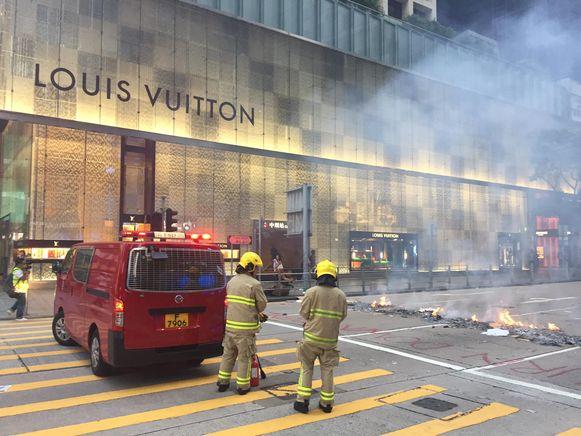 Actievoerder staken onder meer hier vuur aan op straat, om de ordediensten te hinderen.