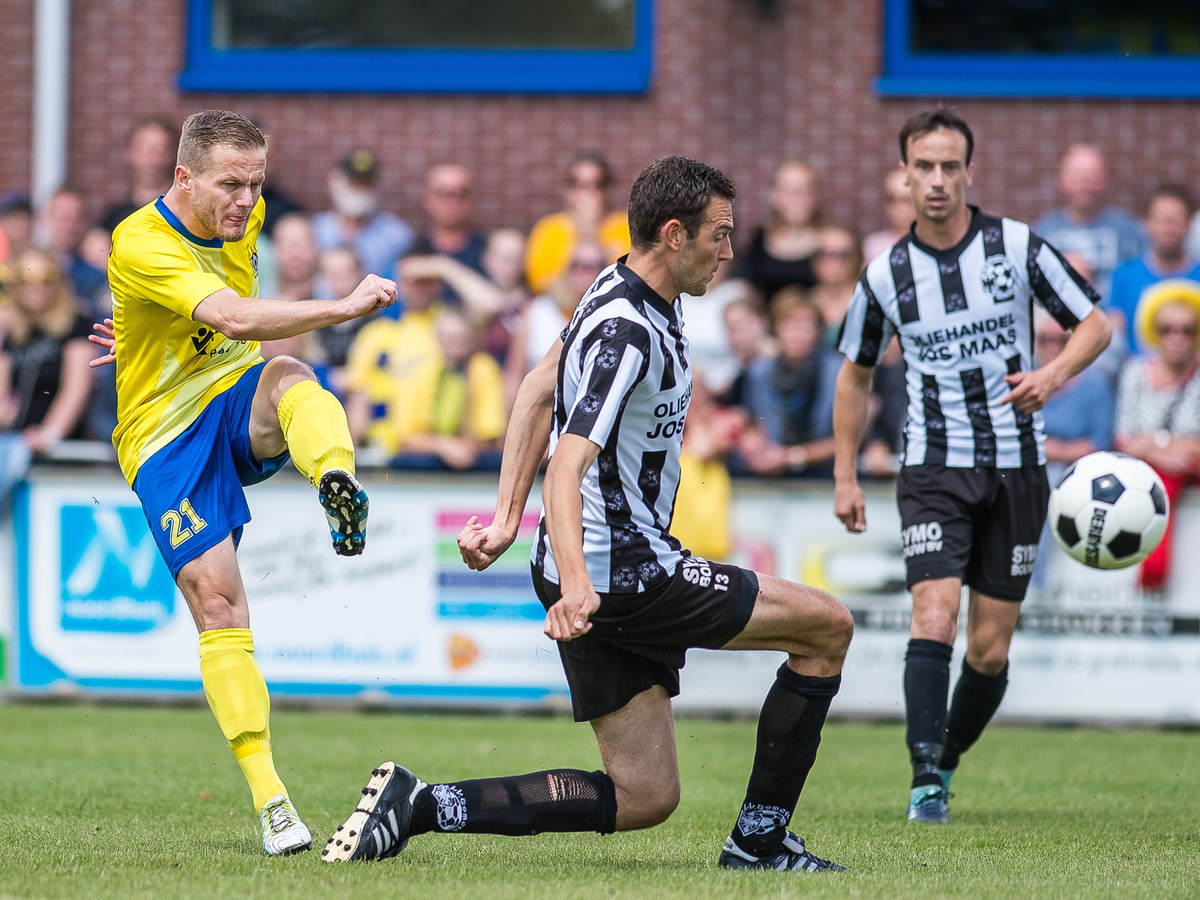Bram Jacobs (door de knieën) van Gemert is net te laat om een schot te blokken tegen Staphorst.