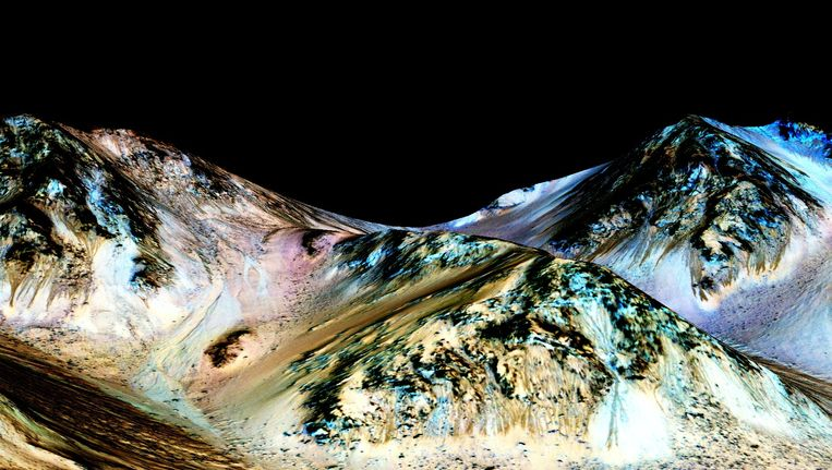 Ingekleurde 3D-versie van een foto die NASA's Mars Reconnaissance Orbiter maakte van berghellingen in de Marskrater Hale. Op de hellingen zijn onder de zwarte gebieden donkerbruine slierterige sporen te zien van stromend pekelwater. Beeld NASA
