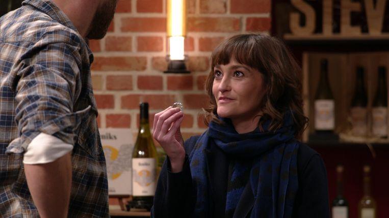 Paulien (Tina Maerevoet) vraagt Kobe (Sid Van Oerle) ten huwelijk in 'Thuis'.