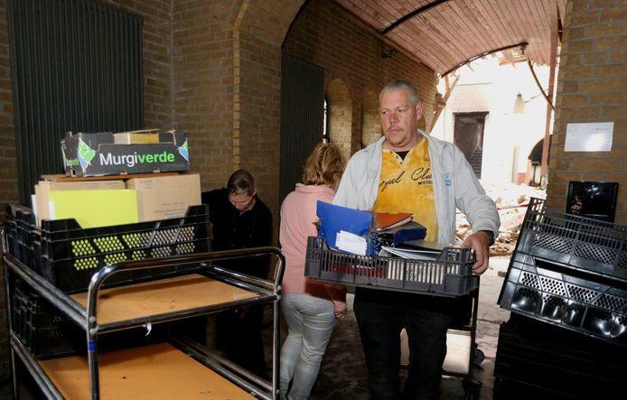 Redden wat er te redden valt. Kort na de brand op landgoed Haarendael wisten zo'n dertig vrijwilligers spullen van Gedenkplaats Haaren veilig te stellen uit het complex.