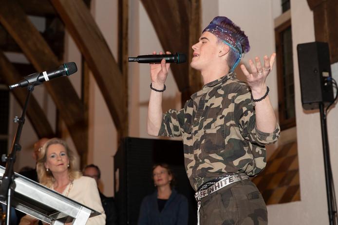 Ziggy Krassenberg (18) verhuisde omdat hij zichzelf niet kon zijn in Zutphen. Ziggy zong maandagavond na de speech van burgemeester Annemieke Vermeulen een nummer van R.E.M.: Losing My Religion.