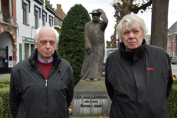 Auteurs Johan Ooms en Nand Doms bij het beeld van deken Lauwerys in zijn karakteristieke houding.