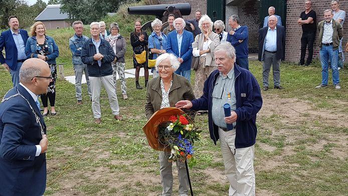 Kees van Maastrigt, geflankeerd door zijn vrouw, neemt bij Fort Giessen de lovende woorden van burgemeeser Lichtenberg tot zich.