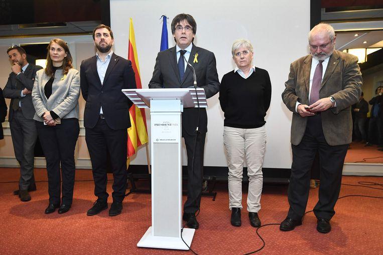 Puigdemont vanmiddag op de persconferentie in Brussel met de vier andere afgezette ministers naast hem.