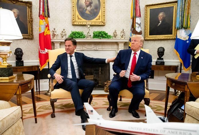 'Weinigen kunnen de waarheid zo verleiden als onze minister-president', aldus Rob Berends. En 'de president van de Verenigde Staten strooit dagelijks dertig leugens rond.' Op de foto:  Mark Rutte ontmoet Donald Trump in de Oval Office van het Witte Huis.