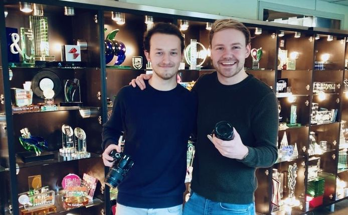Jesse Veen (rechts) en Stan Rooseboom willen door de coronacrisis getroffen horeca-ondernemers een handje helpen met een gratis promovideo.