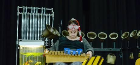 Jostiband speelt concert 10 meter onder water: 'Ik moest wel een paar keer omhoog'