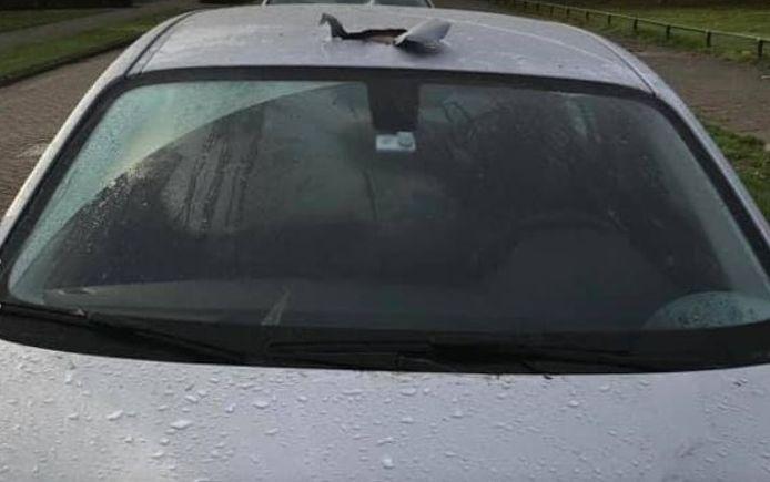 Dieven maken een gat in het dak en kunnen zo het auto-alarm uitschakelen.