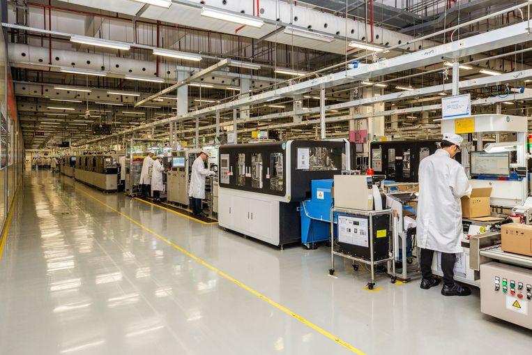 Een productielijn op Huawei's campus 'Oxhorn' in Dongguan, Guangdong, in China.