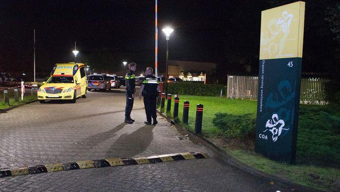 Politie op het terrein van asielzoekerscentrum (azc) Overberg in de provincie Utrecht waar het erg onrustig is geweest. Door vechtpartijen zijn twee mensen gewond geraakt.