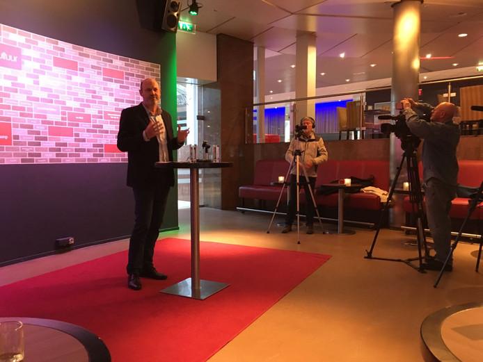 Theaterdirecteur Coen Bais maakt het nieuws bekend van de komst van de Filmliga naar de Lievekamp.