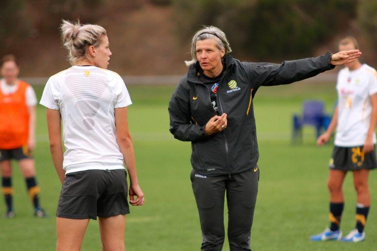 Coach Hesterine de Reus (rechts) geeft aanwijzingen tijdens een voetbalkamp in maart 2013 van het Australische nationale team. Beeld Ann Odong