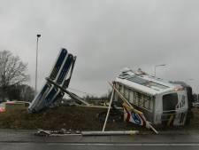 Ravage in Raalte: busje schiet dwars over rotonde van N348