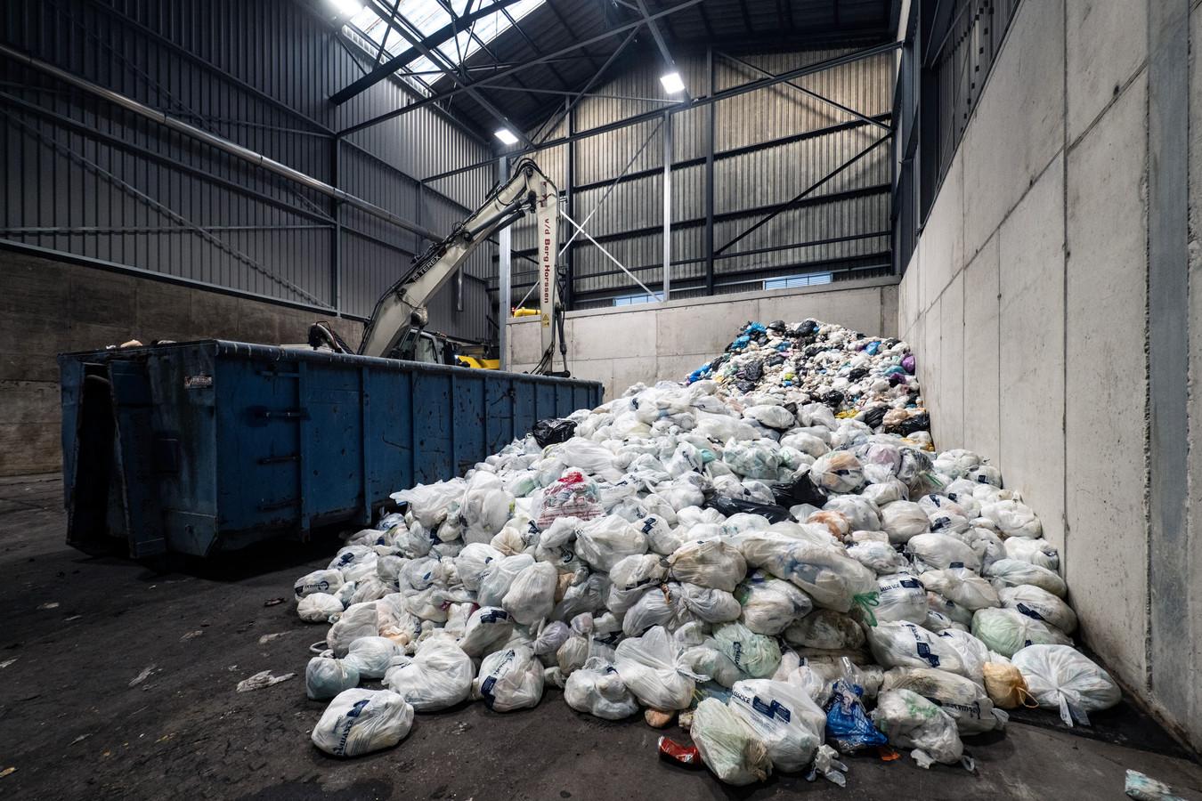 Een stapel luiers bij afvalverwerker ARN in Nijmegen.