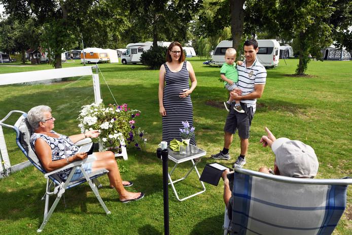 Ard en Marlies Joosen in gesprek met enkele vaste bezoekers van hun camping.