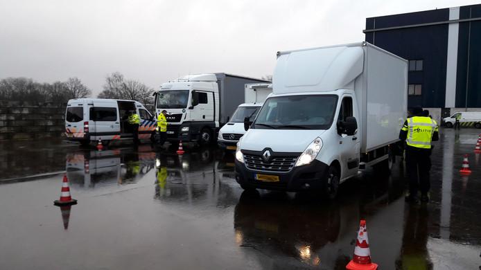 Grote politiecontrole in en rond havengebied van Oss.