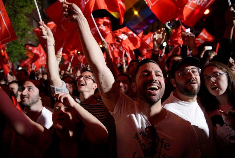 Mensen vieren in Madrid de overwinning van de sociaaldemocratische Arbeiderspartij van premier Pedro Sánchez.