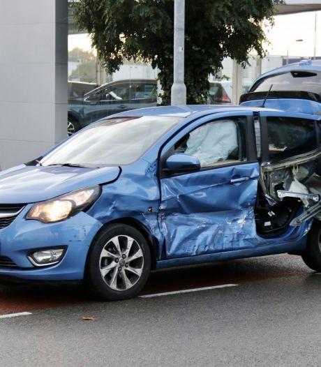 Auto scheurt open bij aanrijding met andere auto in Boxmeer