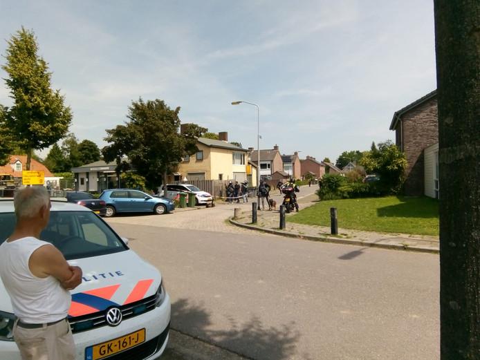 In de Filipsstraat in Alphen is dinsdagmiddag een verwarde man aangehouden door de Dienst Speciale Interventies.