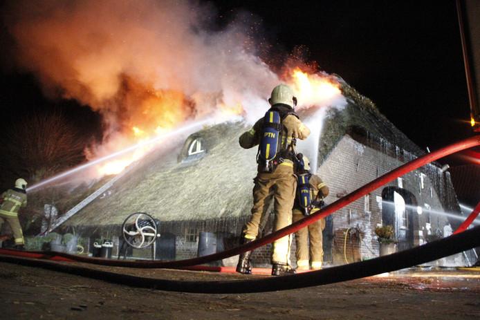 Brand in het rieten dak van een boerderij Putten vanavond.