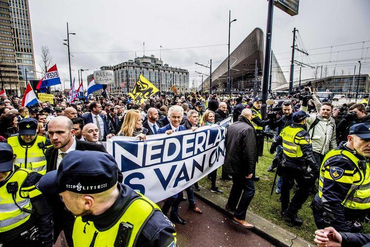 Geert Wilders loopt met de demonstranten een rondje rond station Rotterdam. Beeld anp