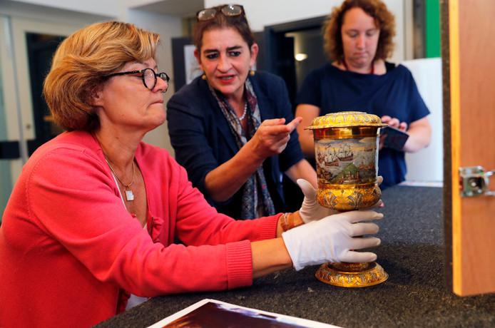 Van links naar rechts: Catherine Gougeon (Louvre), Marijke Holtrop (directeur Historisch Museum Den Briel) en Jeanette de Lange (medewerker museum).