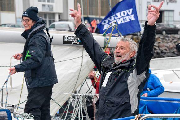 Jean-Luc van den Heede bij zijn aankomst in Les Sables D' Olonne. Zijn vrouw (links) wachtte hem op in de haven.