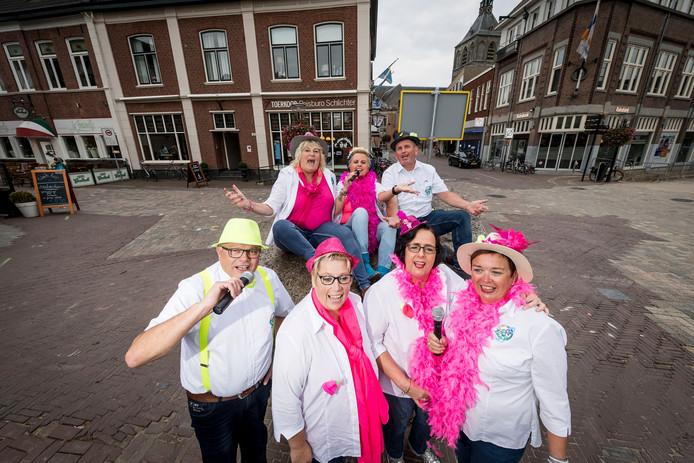 De leden van Goed Gemutst, die een smartlappenfestival organiseren in Oldenzaal.