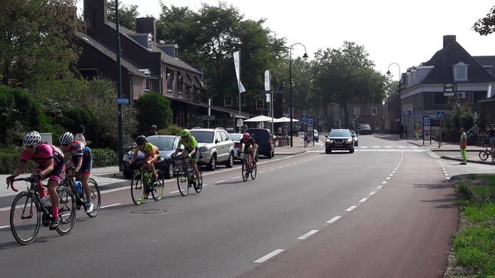 Een groep rensters passeert op achterstand bij de derde passage van Rhenen.