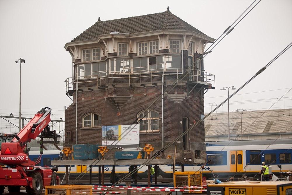De verplaatsing van seinhuis B kent een wat stroeve start. foto GinoPress