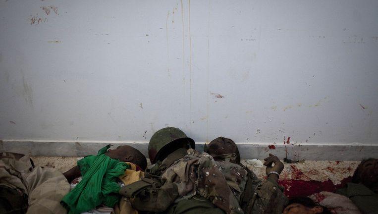 Dode soldaten, loyaal aan de Libische leider Kadhafi, in een ziekenhuis in Benghazi. Beeld ap