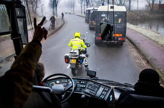 Hoe dichter de bus in de buurt komt van Dokkum hoe meer ME-bussen zich aansluiten bij de escorte. Van vijf bij vertrek tot negen bij Dokkum.