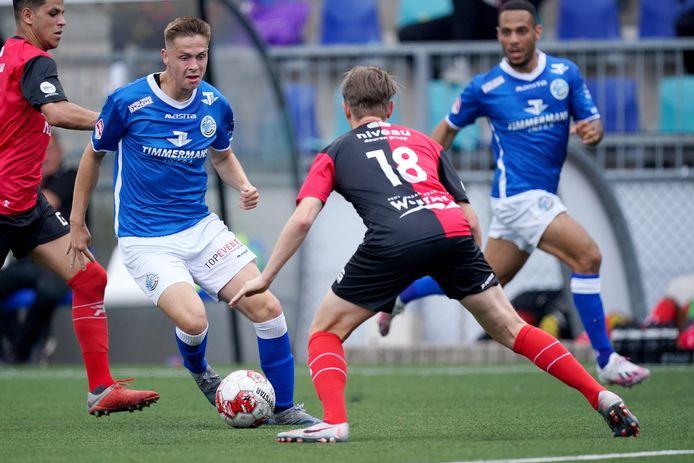 Ringo Meerveld voor FC Den Bosch in actie in de gewonnen oefenwedstrijd tegen De Treffers. Rechts kijkt Dwayne Green toe.