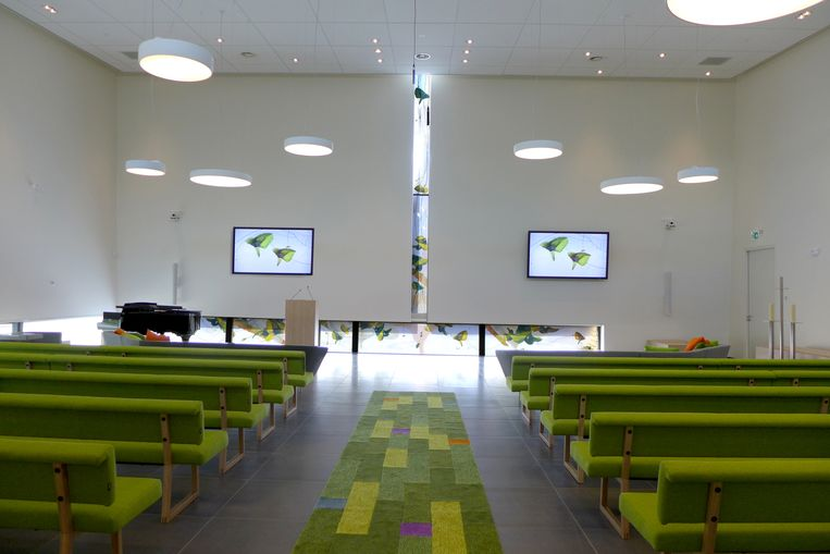 Glaskunstwerk 'Gevoelsdraden' van Gery Bouw in crematorium De Linge in Tiel. Beeld