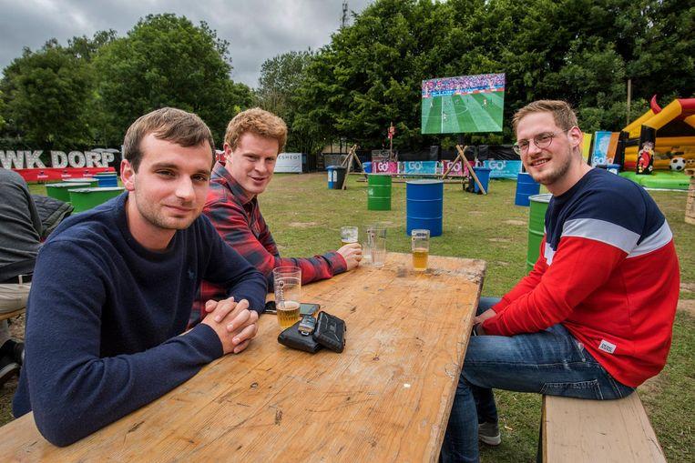 Viktor, Sil en Arne kijken naar de openingsmatch van het WK.