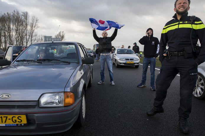Twee bussen van de actiegroep Stop Blackface worden door tegendemonstranten tegengehouden op de A7 bij Joure.