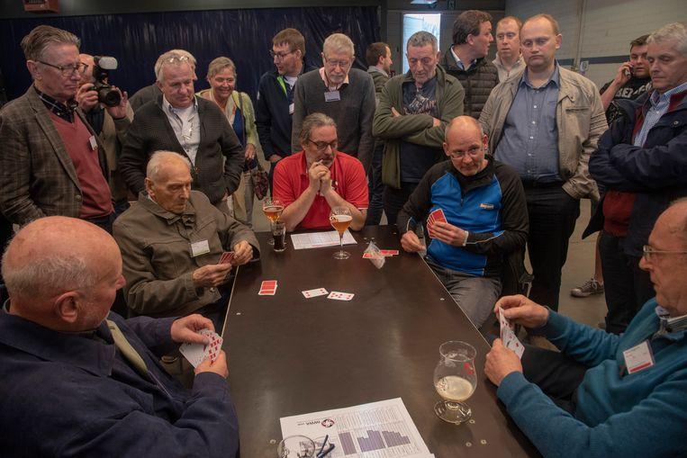 BK Wiezen in Kalken : kaarters volgen aandachtig één van de finaletafels.