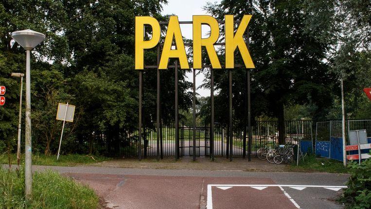 Letters die je eerder boven een casino verwacht dan bij een Amsterdams park Beeld Carly Wollaert