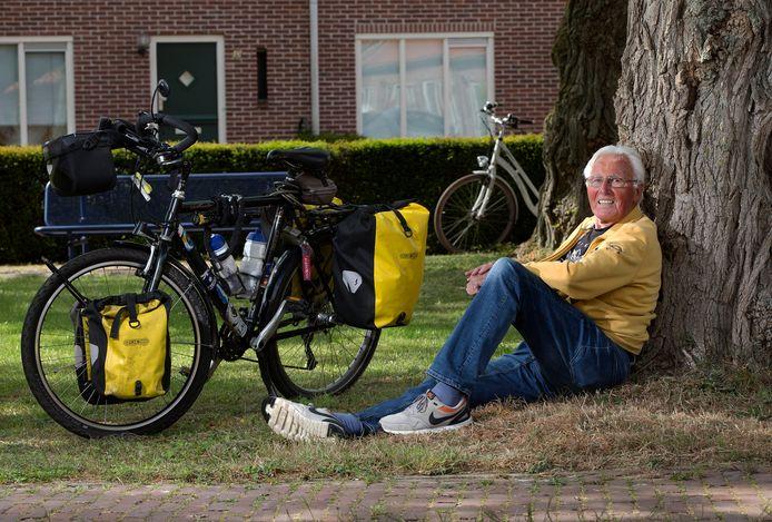 Wim Hendriksen bij zijn geliefde tweewieler.