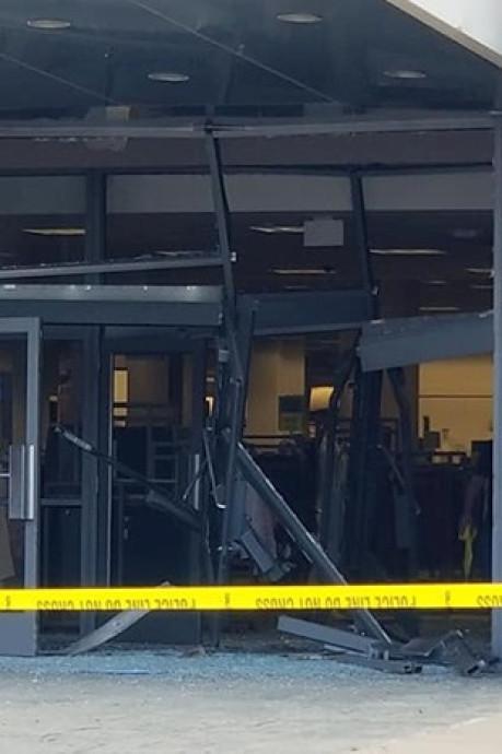 Un SUV sème la panique dans un centre commercial