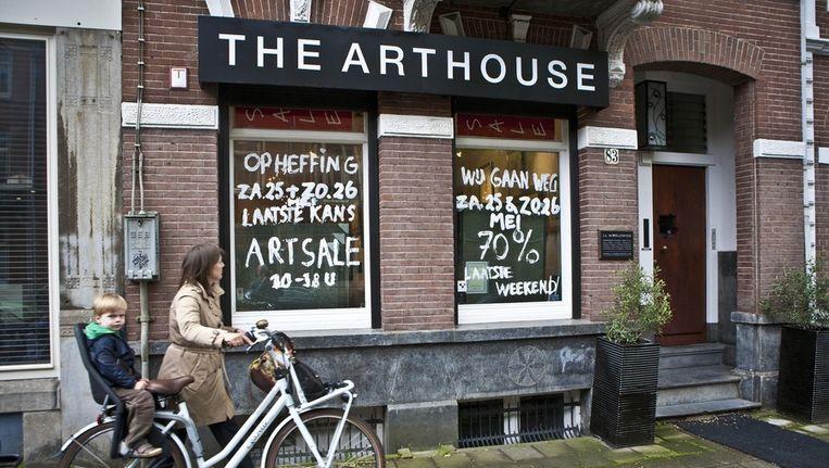 Volgens Lionel Logchies, eigenaar van The Art House, zijn de Appels die hij verkoopt, allemaal echt. Beeld Floris Lok