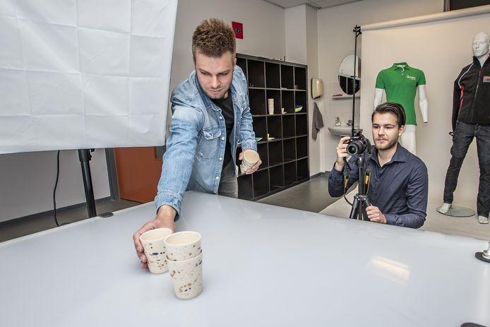 Marco (links) en Henri aan het werk in de fotostudio van MultiMedia in Rijssen.