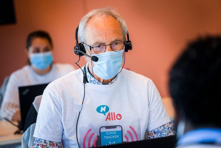 Een 'contacttracer', aan het werk in een van de callcenters die sinds maandag operationeel zijn.