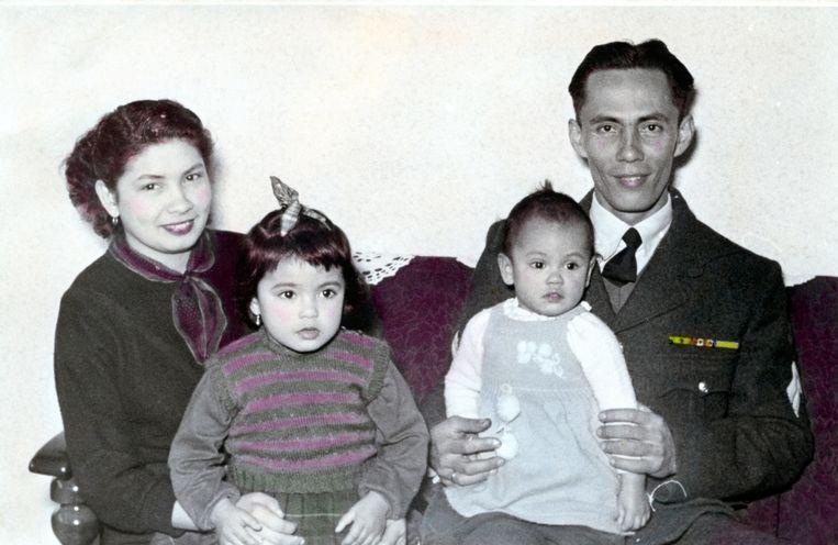 Marion Bloem (rechts in de armen van haar vader) met haar moeder en zus. Beeld Trouw