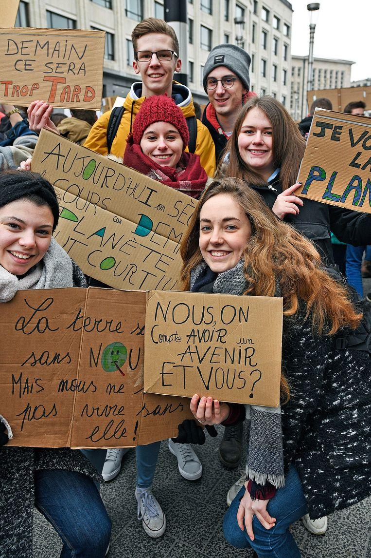 De 17-jarige Inès Hennen (rechtsvoor) is samen met haar vrienden uit het Waalse Rèves naar Brussel gekomen. Ze probeert zo weinig mogelijk te consumeren en spreekt anderen er ook op aan. Ze wil minder vliegen, al zou het lastig zijn om nee te zeggen tegen een vakantie in de Verenigde Staten. Beeld Guus Dubbelman