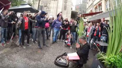 Zo hoort het ook: Ajax-fans bezorgen straatmuzikant dag van zijn leven in Lyon