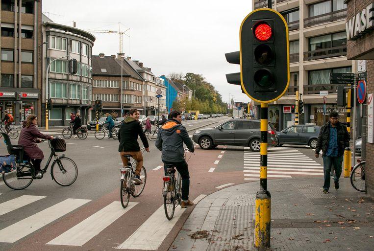 Nand De Klerck en Glenn Bouweraerts rijden (nu nog) foutief door het rode licht op de Grote Markt om rechts af te slaan naar het Heymanplein. Dat mag binnenkort wel.